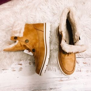 NWT Cliffs faux fur boots size 8